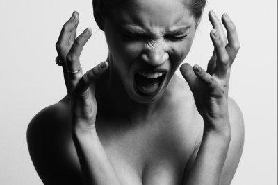女性 叫び ヒステリック 恐怖