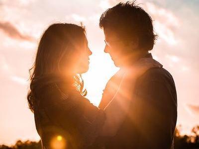 男女 抱き合う 太陽光
