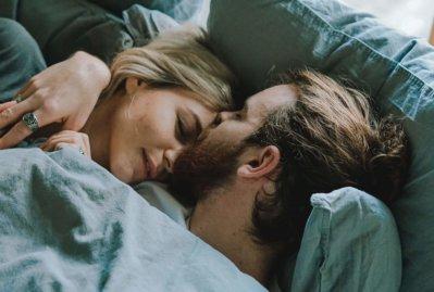 男女 カップル ベッド