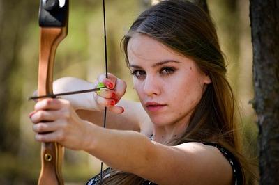 女性 弓矢